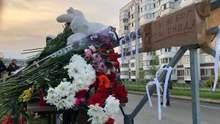 """""""Ты не бог, ты – гнида"""": в Казани люди в скорби несут цветы к стихийному мемориалу"""