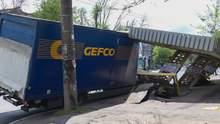 Вирвала з асфальтом: у Дніпрі вантажівка знесла зупинку – відео, фото