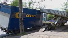 Вырвал с асфальтом: в Днепре грузовик снес остановку – видео, фото