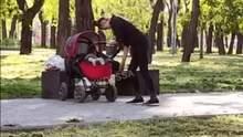 Виглядала неадекватною: в Одесі перехожих шокувала поведінка жінки з немовлям – відео