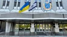 Над входом мерії Дніпра повісили прапор Ізраїлю