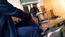 Курил на уроке и матерился: сеть возмутило видео с учителем из Ивано-Франковска