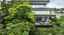 Втоплений у зелень: екологічний дім у Торуні з деревами всередині – фото
