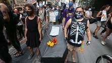 Принесли труни: у США вчителі протестують через відкриття шкіл – промовисті фото