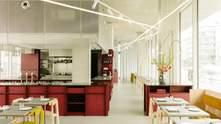 Желтые стулья и красная барная стойка – креативный дизайн кафе в Берлине: фото