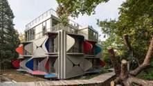 В Швейцарії побудували будинок з металевими віконницями – фото незвичного житла
