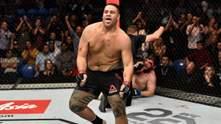 Боєць UFC відсвяткував перемогу, випивши пиво зі слюнями з черевика: відео