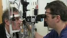 Слепому человеку вернули зрение с помощью киберглаза