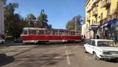 Ледь не влетів у житловий будинок: трамвай небезпечно дрейфував у Кам'янському – фото, відео