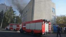 У центрі Києва горить завод: фото, відео