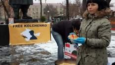 Еда вместо тюрем: в Киеве необычным способом поздравили пленника Кольченко с днем рождения