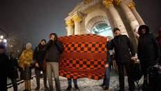 С одеялами против Насирова: в Киеве устроили протест против его восстановления в должности