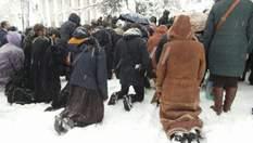 Верующие УПЦ МП на коленях в снегу устроили бессрочный молебен под Радой: фото