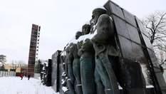 Масивний радянський монумент почали розбирати у Львові