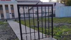 У РФ біля поліклініки встановили ворота без паркану: щовечора сторож замикає їх на замок – фото