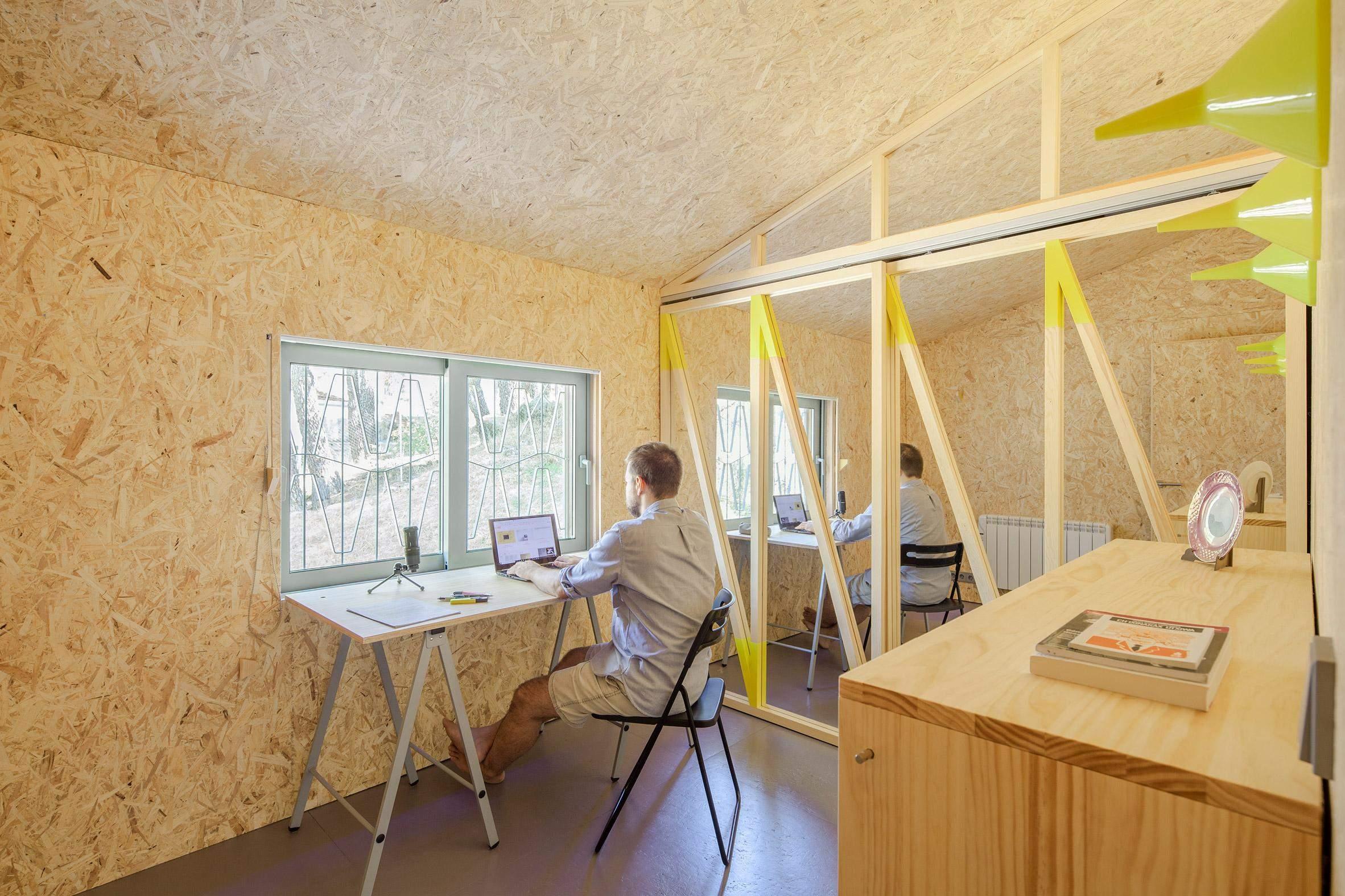 Всередині немає прикрас, а стіни обшиті орієнтовано-стружковою плитою