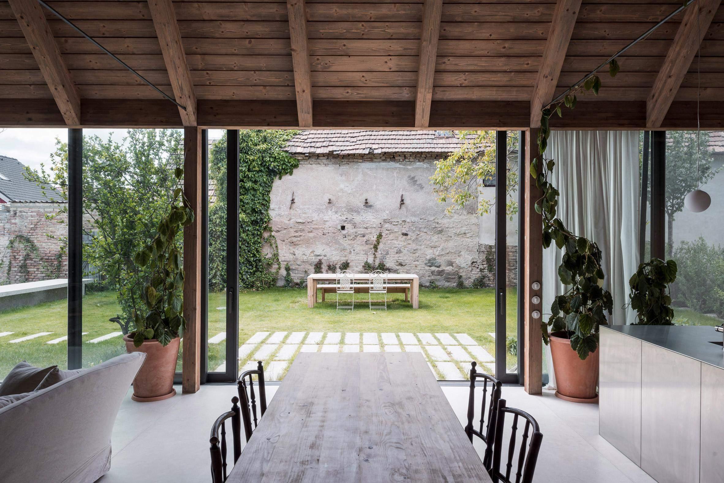 Скляні стіни створюють чудову панораму