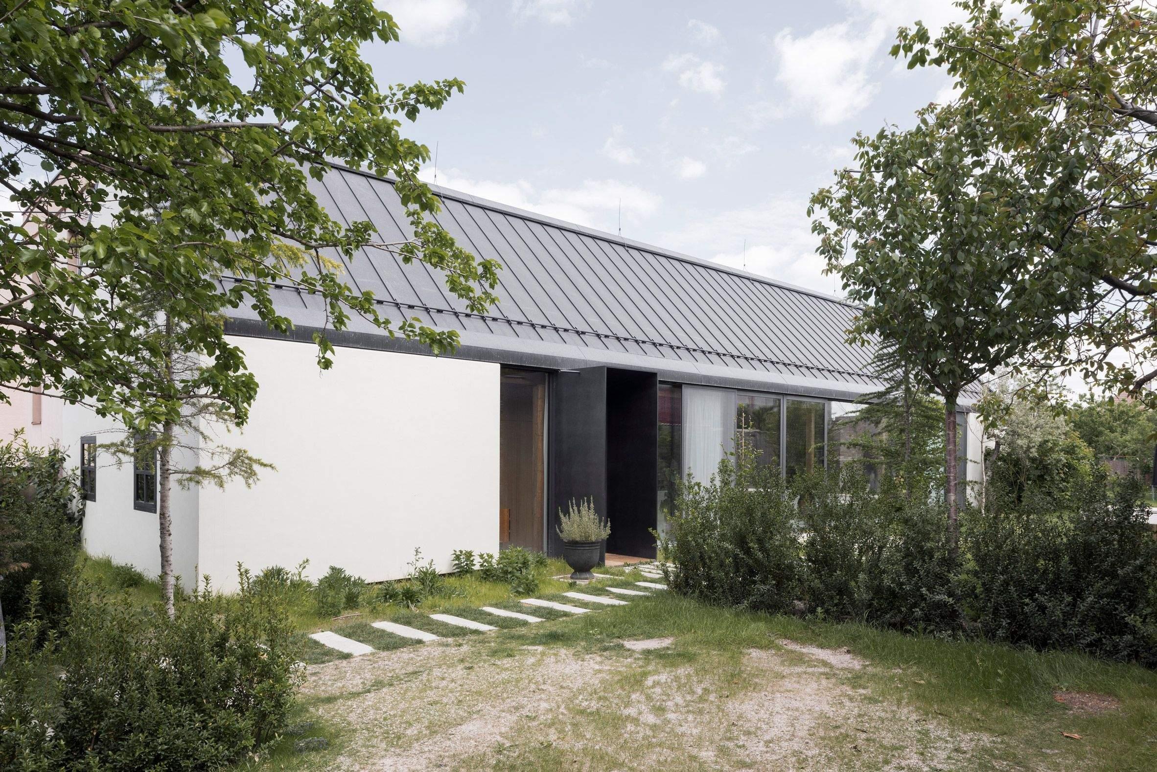 Зовні будинок виглядає досить просто