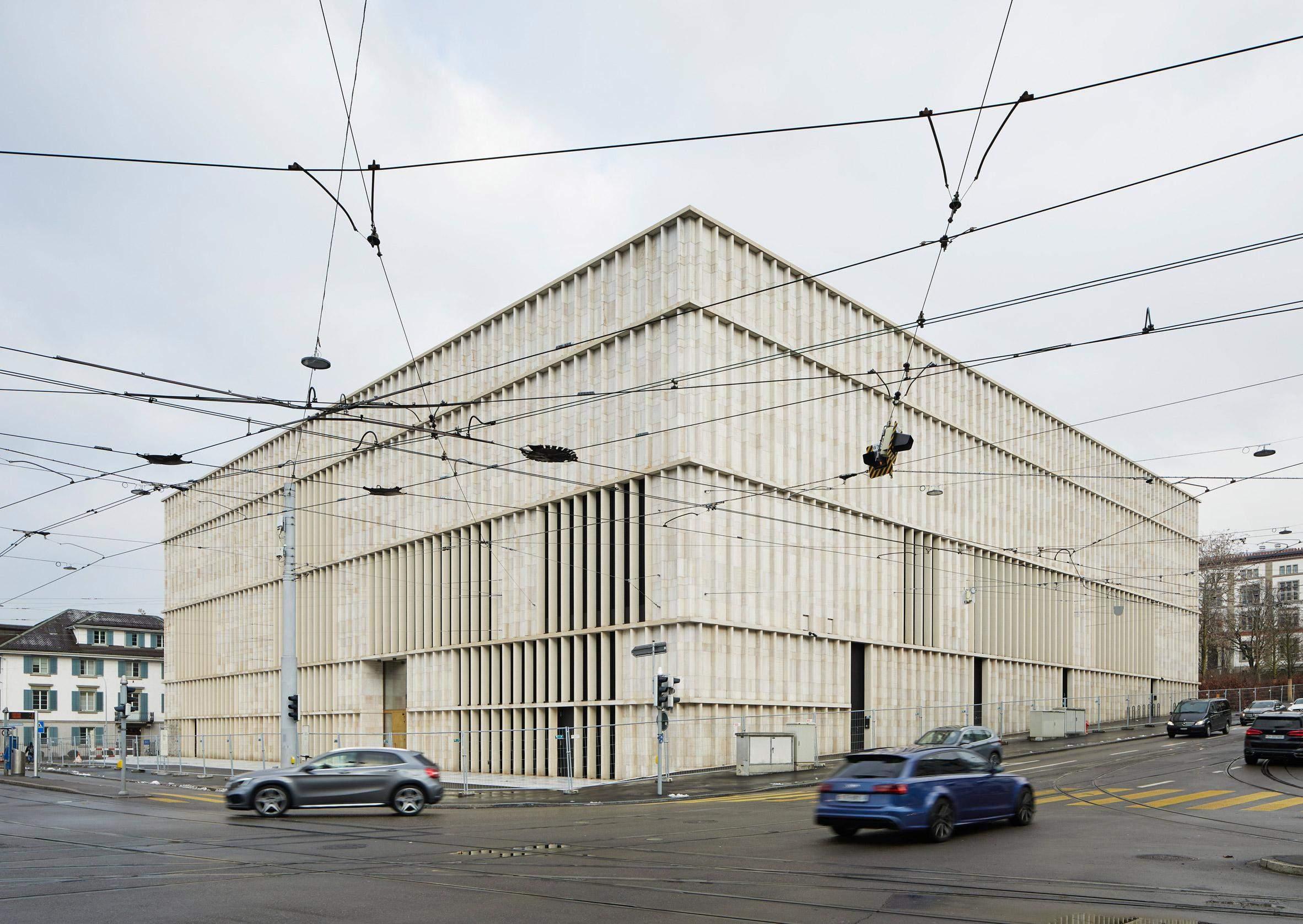 Вапнякові колони чудово доповнють фасад будівлі / Фото Dezeen