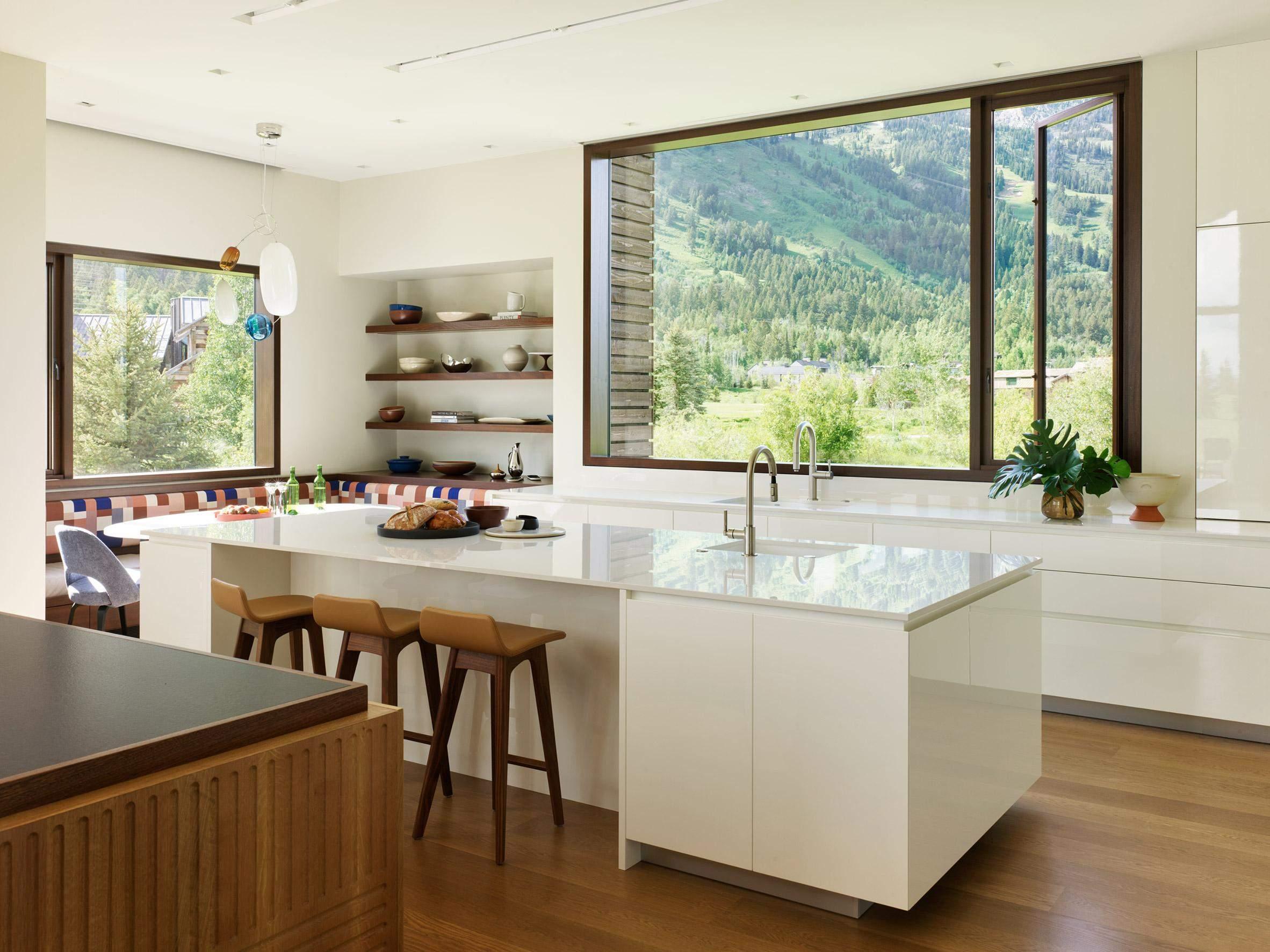 Кухня світла та без зайвих нагромаджень / Фото Deezen