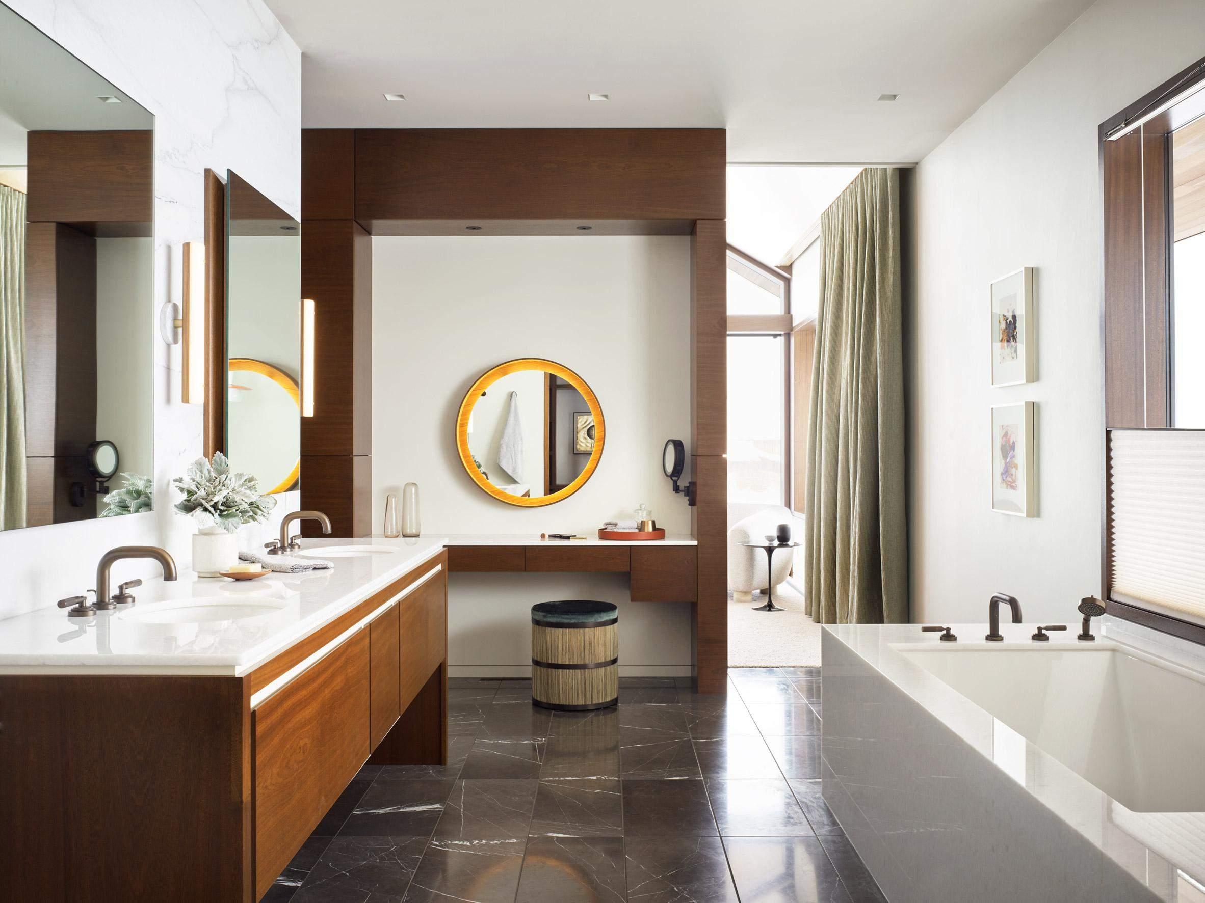 Навіть у ванній кімнаті використали багато темного дерева / Фото Deezen