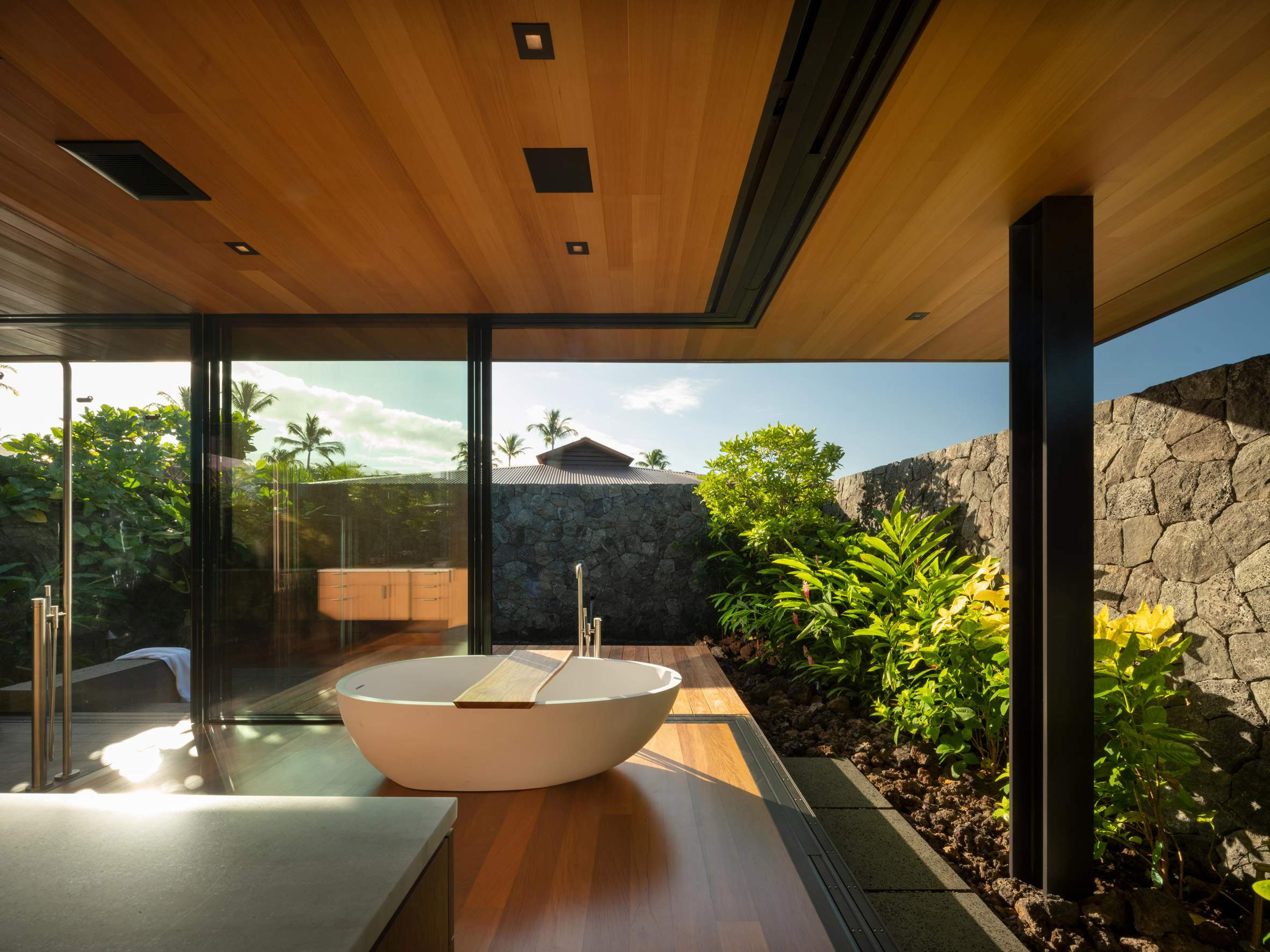 Роскошная ванная комната с панорамным видом
