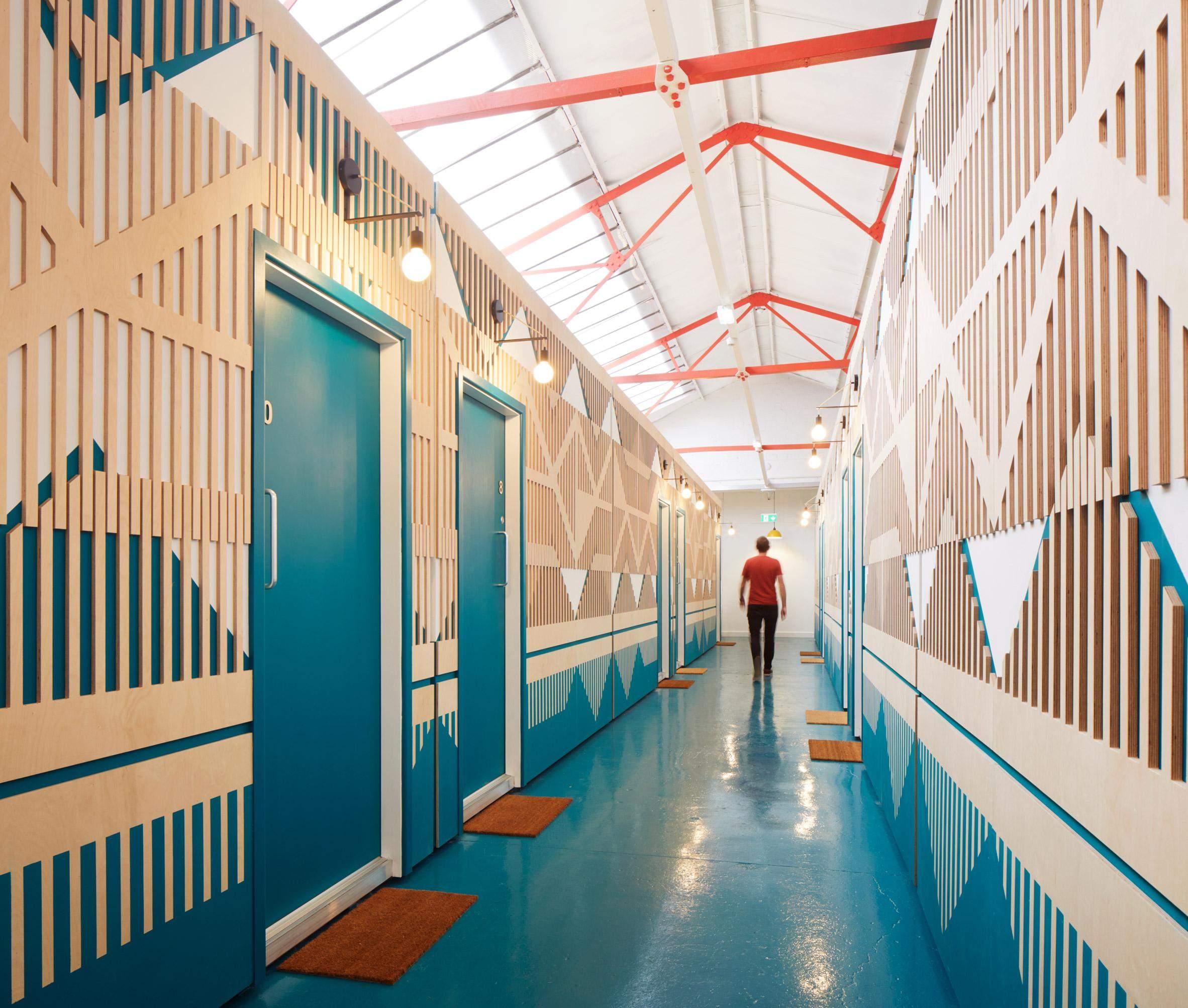 Головною артерією будівлі став різнокольоровий коридор