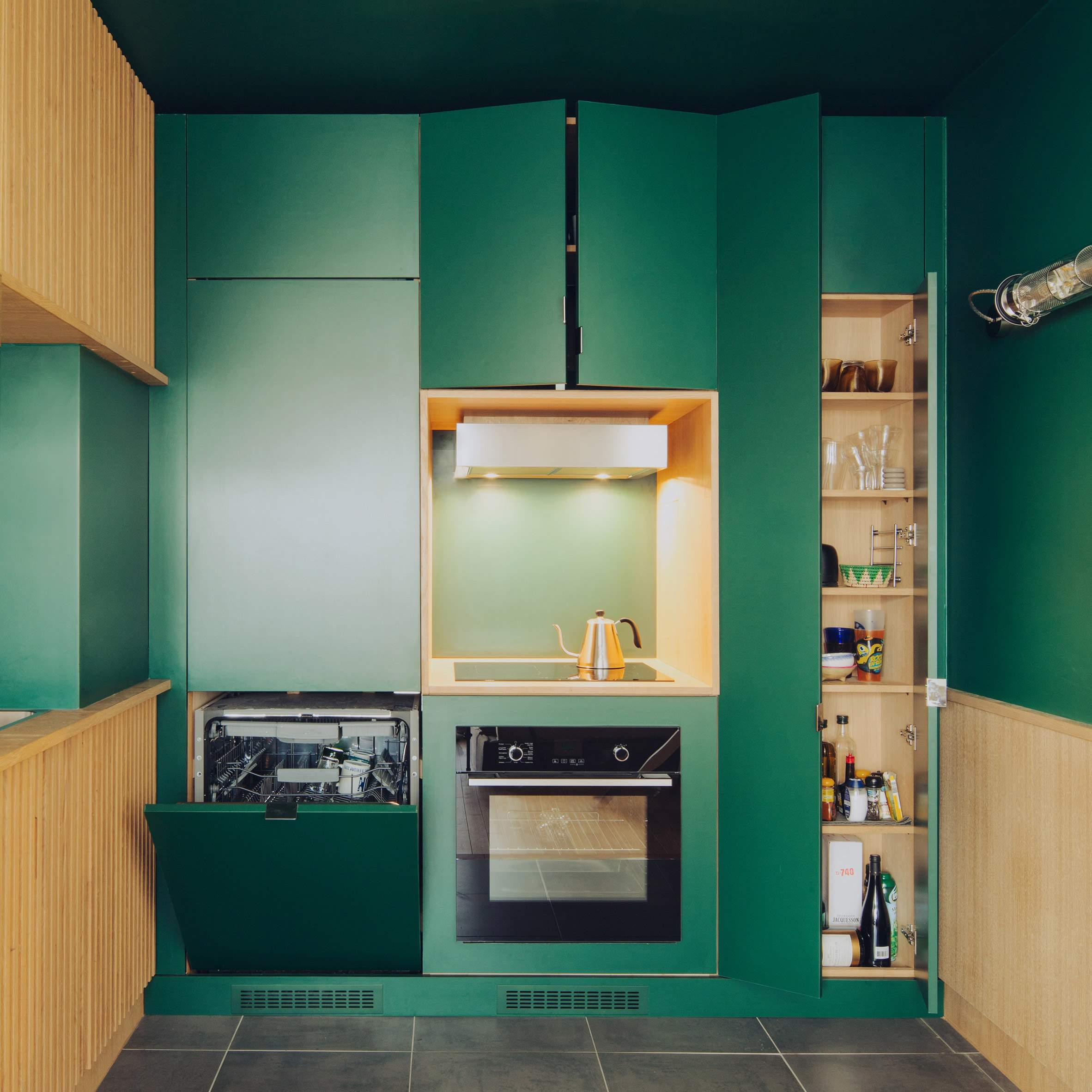 Кухня изумрудного цвета добавляет квартире характера