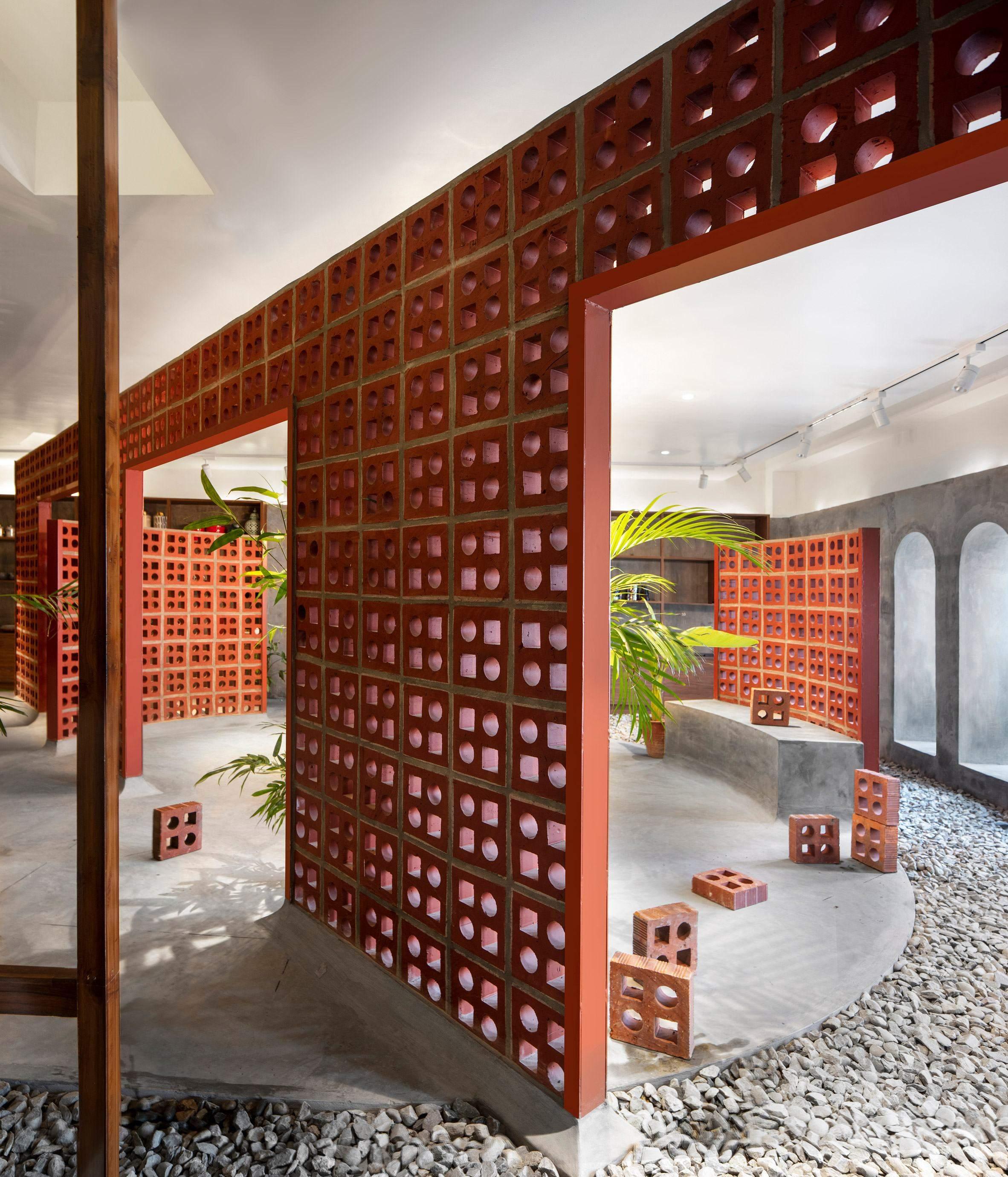 Декоративна цегла  з квадратними та круглими отворами,  дозволяє світлу фільтрувати проникати у весь простір  / Фото Dezeen