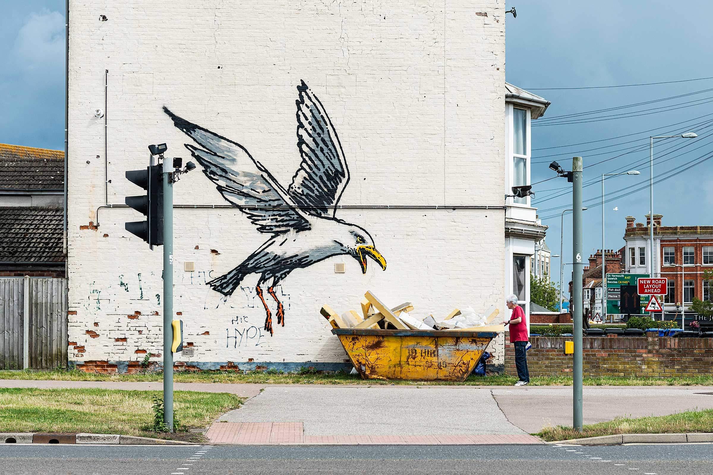 Вісім графіті та одна інсталяція: Бенксі представив нові роботи