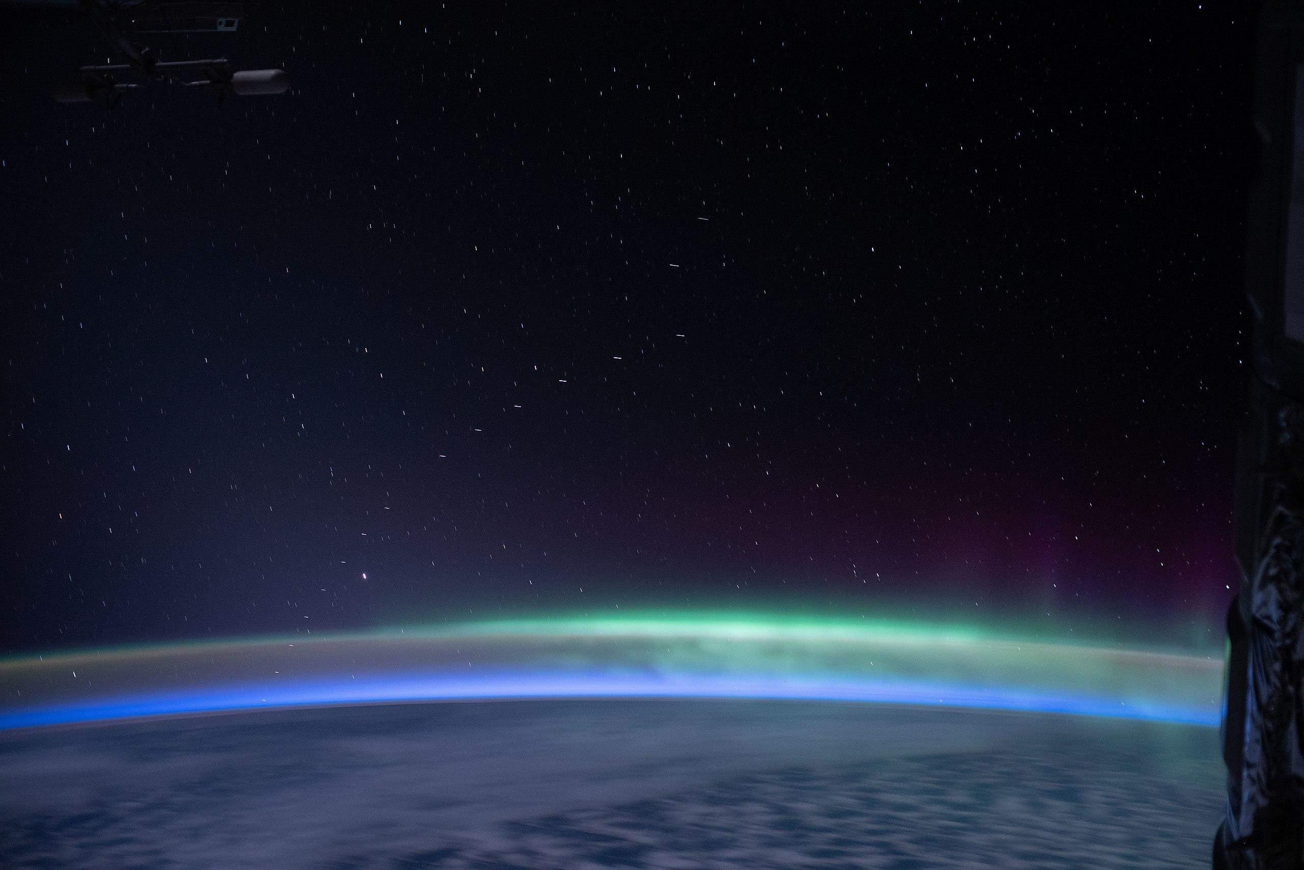 Проліт супутників Starlink повз МКС