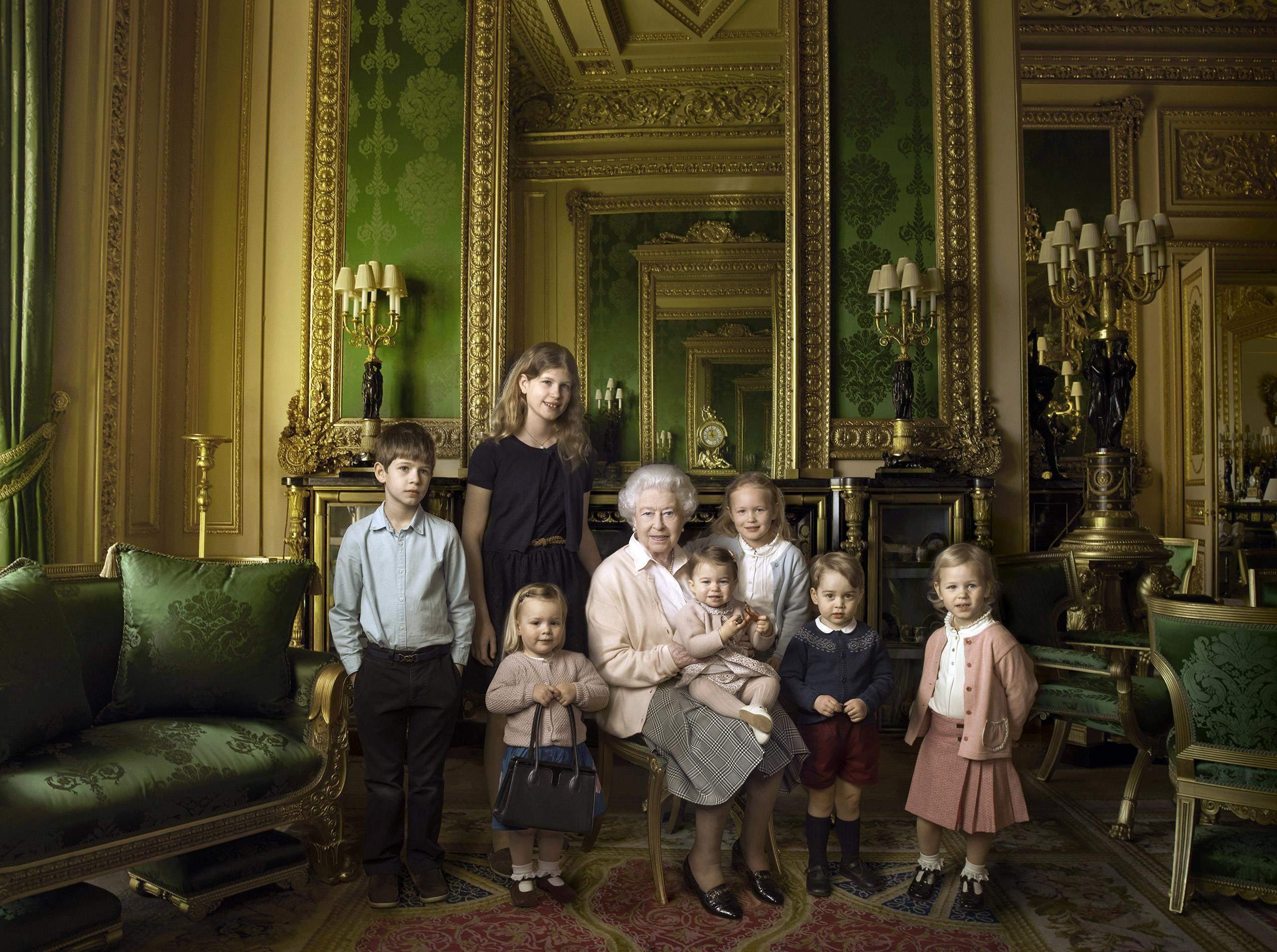 Єлизавета II з правнуками