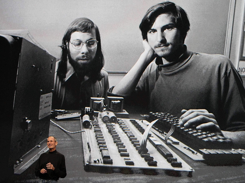 Стив Джобс на презентации показывает фото со Стивом Возняк после совместного основания компании