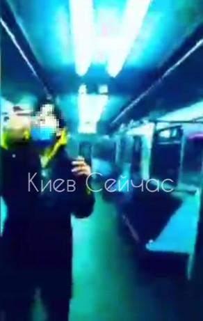 У Києві підлітки палили у вагоні метро і знімали все на відео