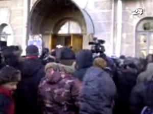 Мітингувальники прорвалися в приміщення Чернігівської ОДА