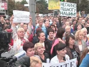 Под Генштабом люди требуют направить подкрепление в Иловайск