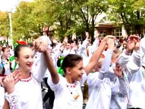 """Самые актуальные фото дня: очередная российская """"гуманитарка"""", парад вышиванок в Мариуполе"""