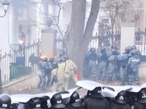 """Російську поліцію переодягають в костюми, які захищають від """"коктейлів Молотова"""""""