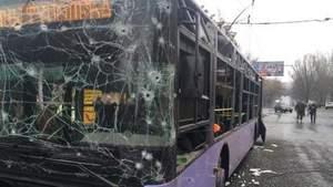 У Донецьку снаряд влучив у тролейбус: багато загиблих (18+)