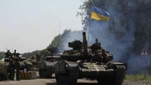 Українські військові відводять танки та гармати