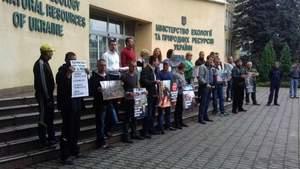 Активісти вийшли на протест проти варварської вирубки лісу в Карпатах