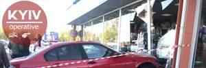 """""""Запав каблук"""": у Києві на паркінгу дівчина протаранила чотири автівки та врізалась у вітрину"""