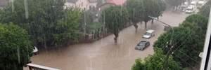 Сильні зливи на Тернопільщині: річки і водоспади замість вулиць та автомобілі-субмарини