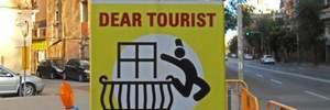 На улицах Барселоны появились плакаты, призывающие британских туристов прыгать с балконов