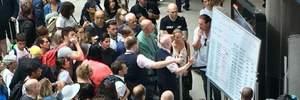 Как в давние времена: расписание рейсов в аэропорту Лондона пишут маркером на доске