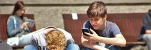 В школу – без мобильного: в Украине продолжается эксперимент по запрету гаджетов