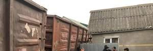 В Ужгороді посеред житлового масиву зійшов з рейок вантажний потяг: фото, відео