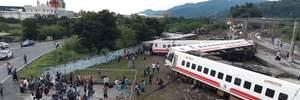 На Тайване поезд сошел с рельсов, есть жертвы: жуткие фото с места аварии