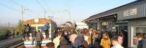 У Києві люди заблокували міську електричку: фото з місця протесту