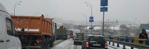 Через сніг у Києві масово стаються ДТП: у мережі з'явилися фото